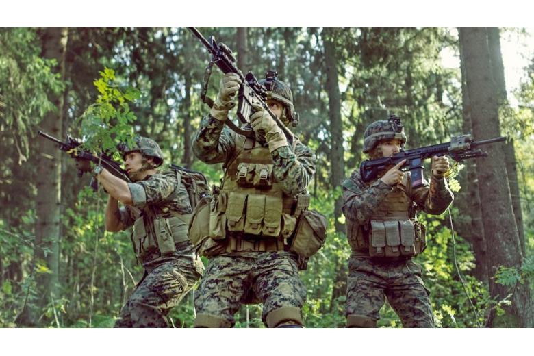 Солдаті и офицері на учениях в лесу