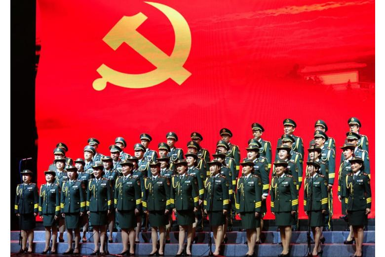 Китайские девушки на фоне красного знамени