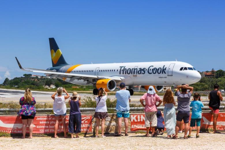 Туристы ожидают посадку на самолет