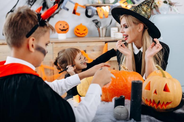 Дети готовятся к Хеллоуину