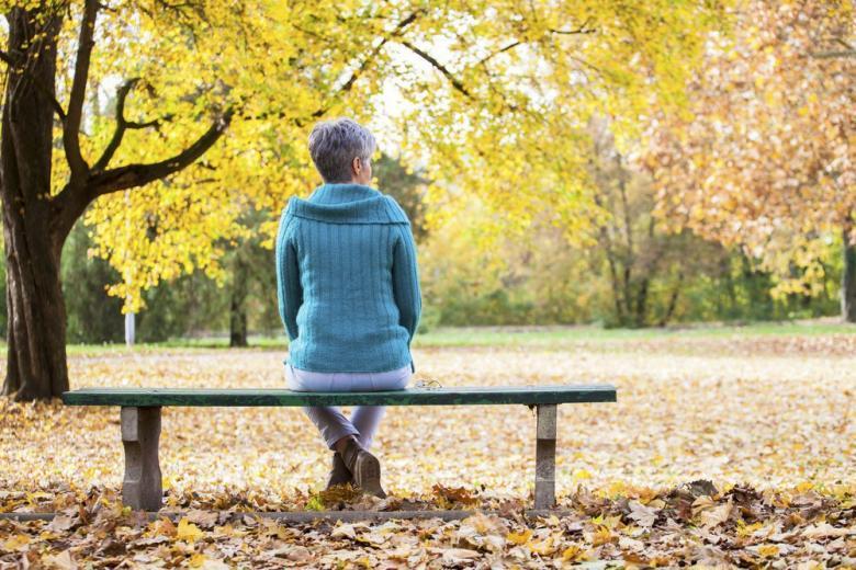 женщина на лавочке в парке