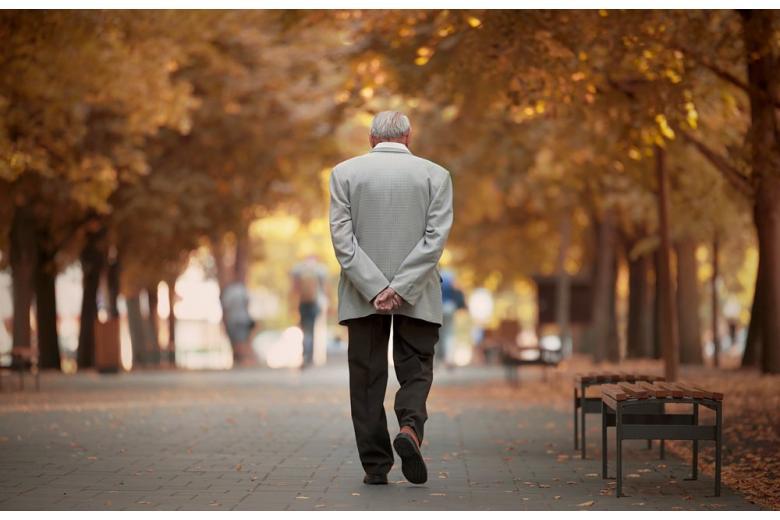 Пожилой мужчина в парке