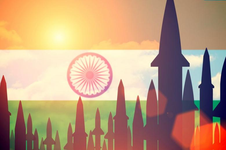 Ракеты на фоне индийского флага