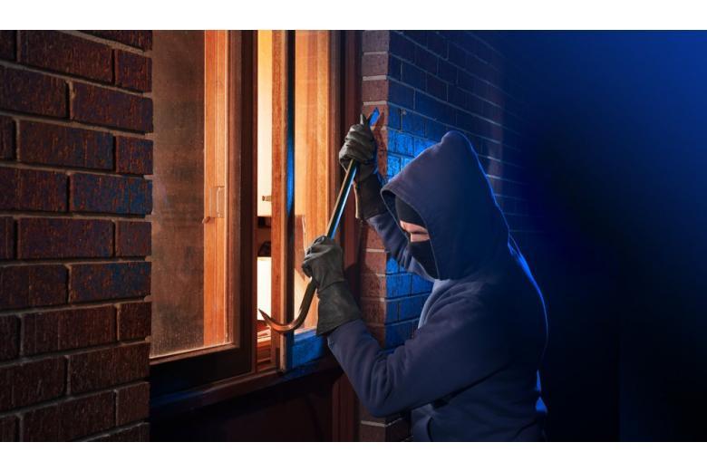 Грабитель залезает в дом