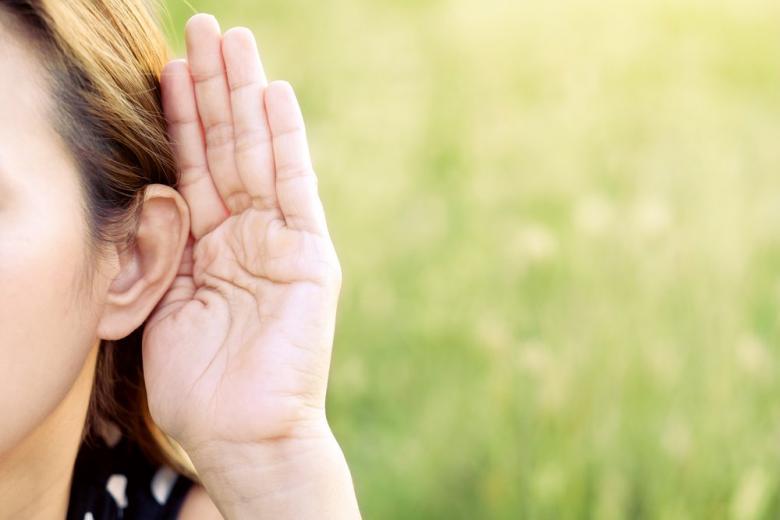 Рука возле уха