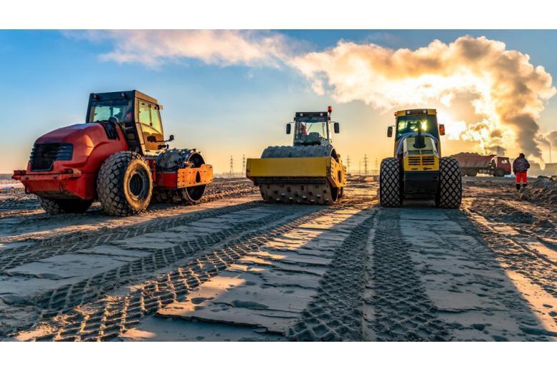 На дороге стоит три механизма для строительства