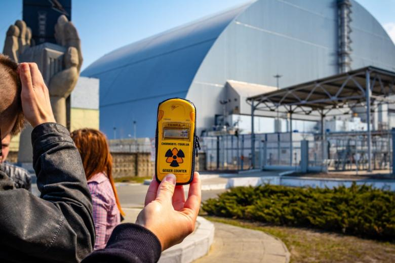 Измерение радиации возле саркофага ЧАЭС