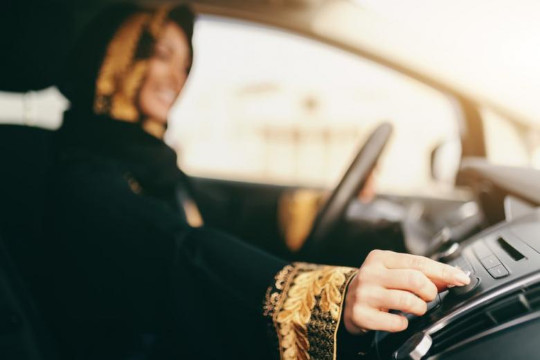 арабская женщина в машине