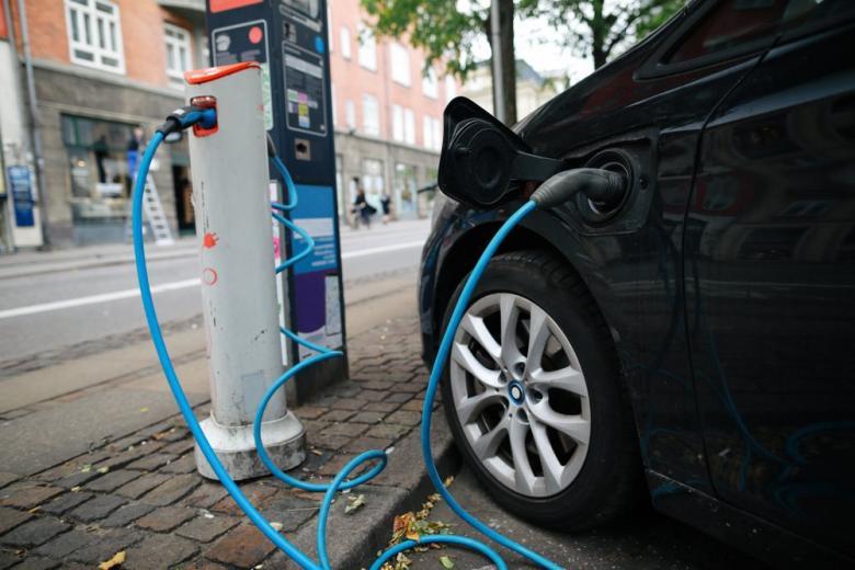 электромобиль на зарядке