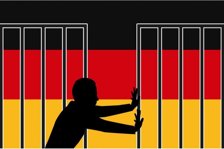 человек открывает ворота