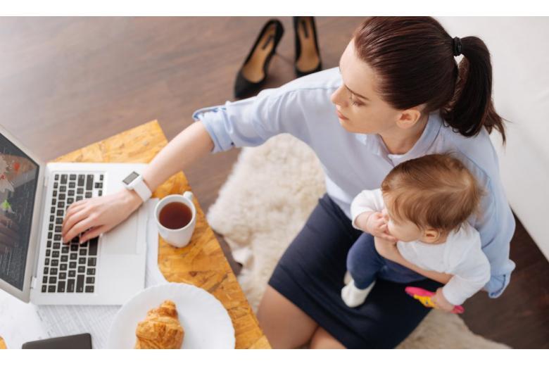 мама сидит с ребенком
