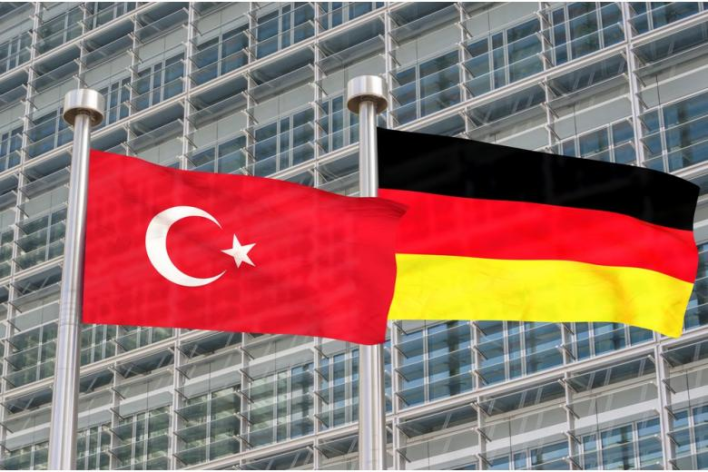 В Германии хотят наказывать за сожжение флагов других государств фото 1