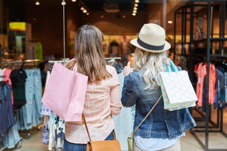 Девушки делают покупки