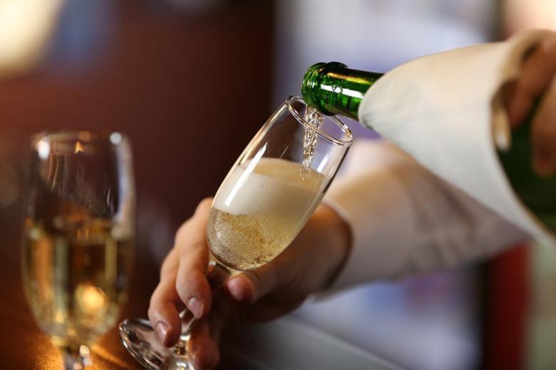 Шампанское разливают