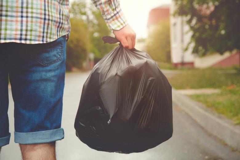 Выбрасывают упаковку мусора