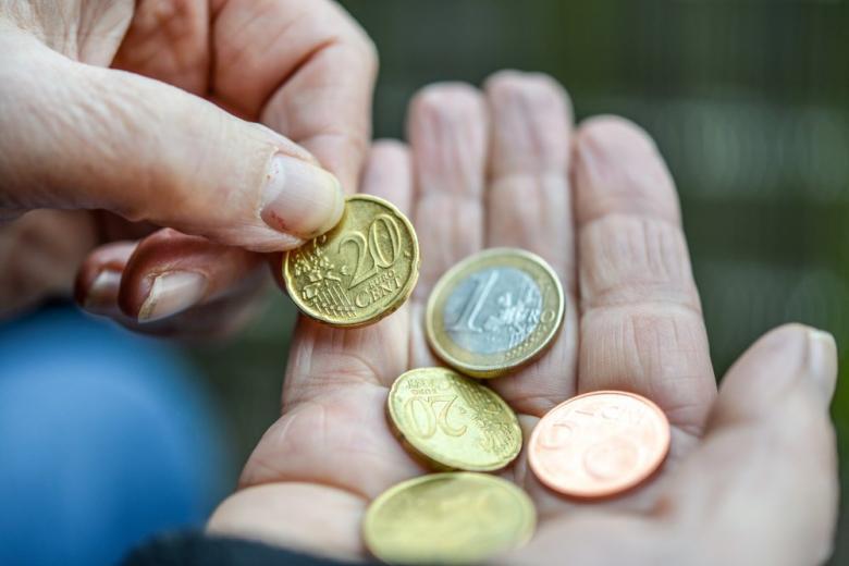 евроценты в руке