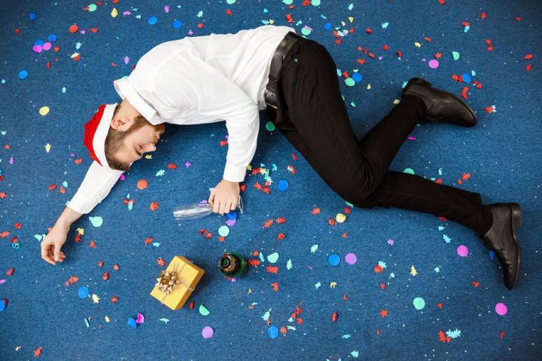 пьяный мужчина на вечеринке