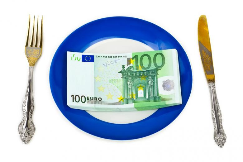 деньги на тарелке