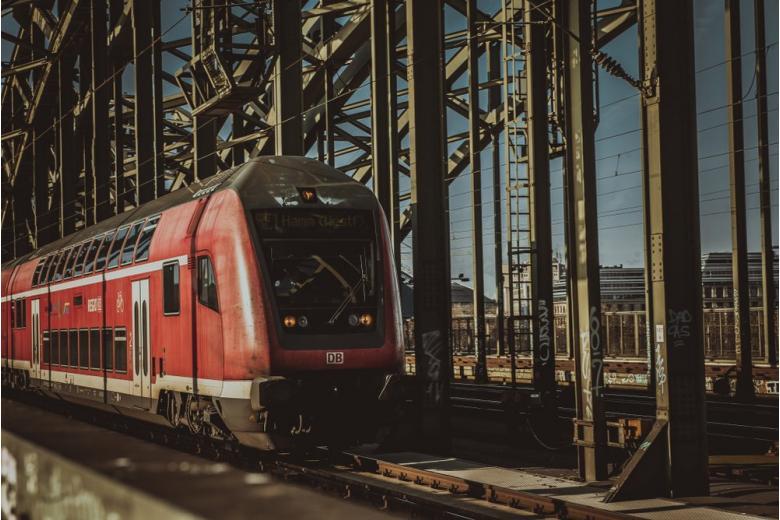 поезд в Германии на мосту