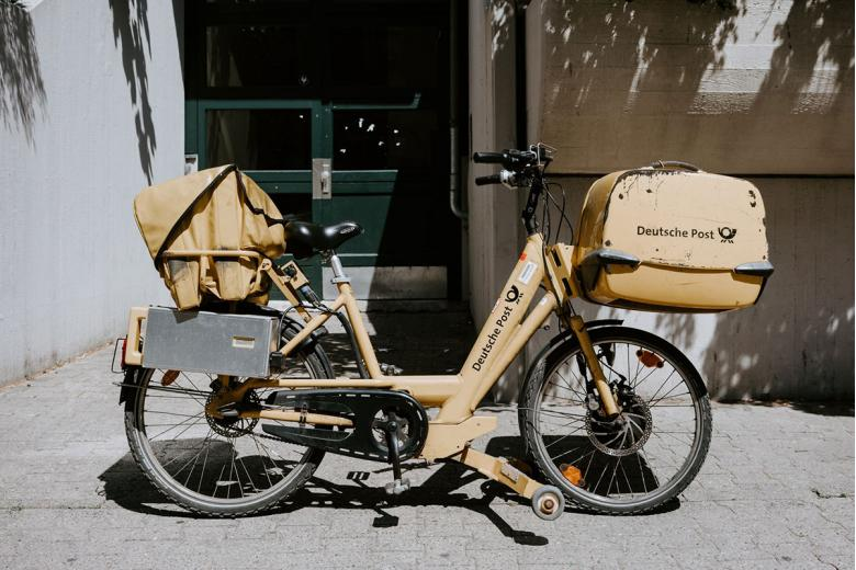 Почтальоны в Германии. Фото: Claudio Schwarz, Unsplash.com