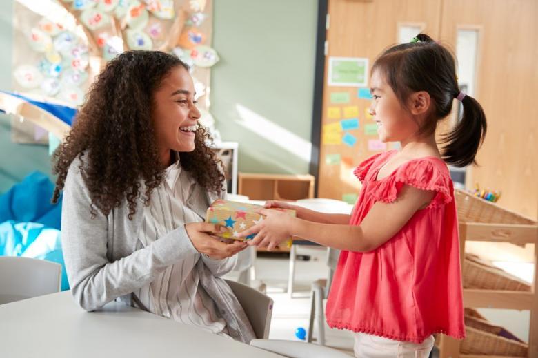 Можно ли дарить подарки учителю в Германии? фото 1