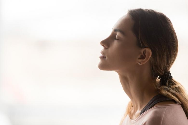 Девушка дышит чистым воздухом