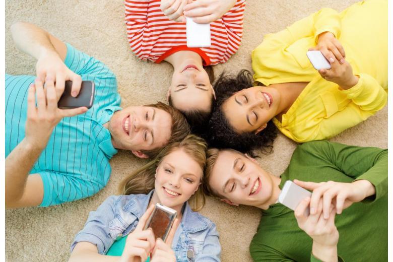 подростки с телефонами
