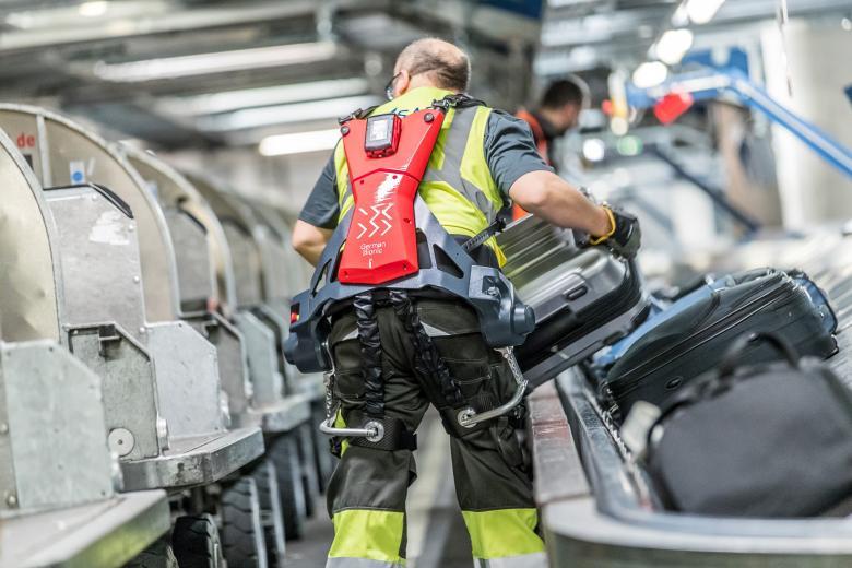 «Киборги» на чемоданах: работников немецкого аэропорта одели в экзоскелеты фото 1
