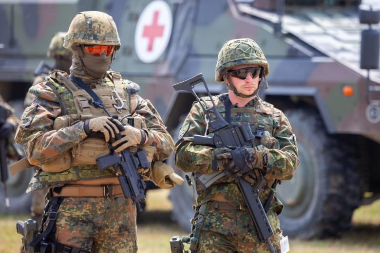 Солдаты Бундесвера на фоне медицинской машины фото