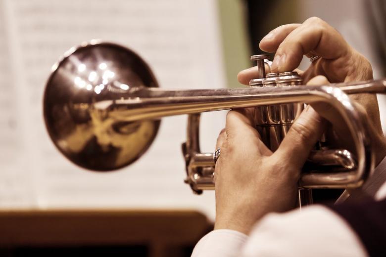Играет трубач