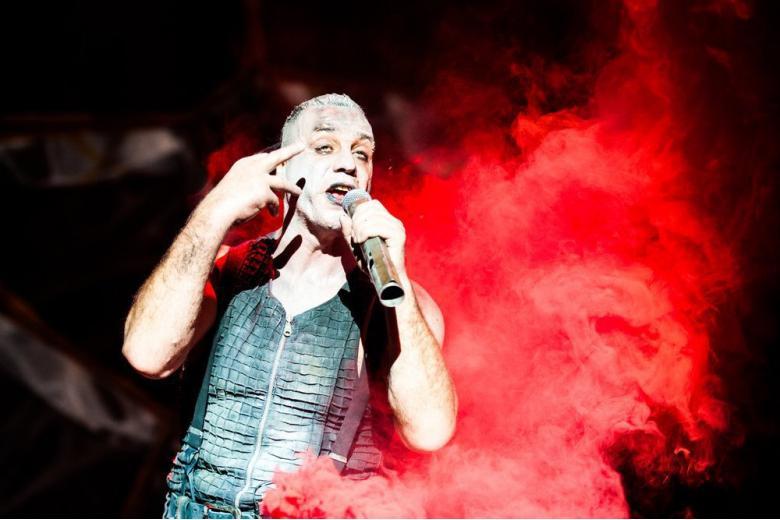 Тилль Линдеманн на концерте. Фото: Yulia Grigoryeva / shutterstock