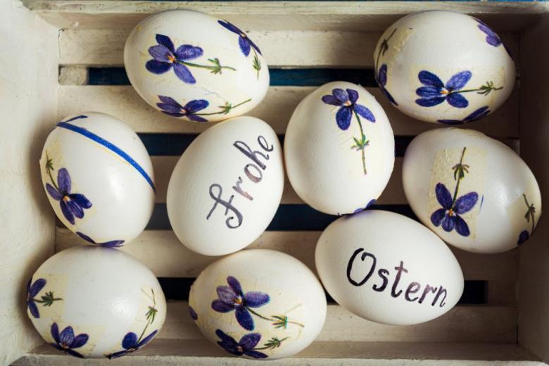 пасхальные яйца с надписью Frohe Ostern