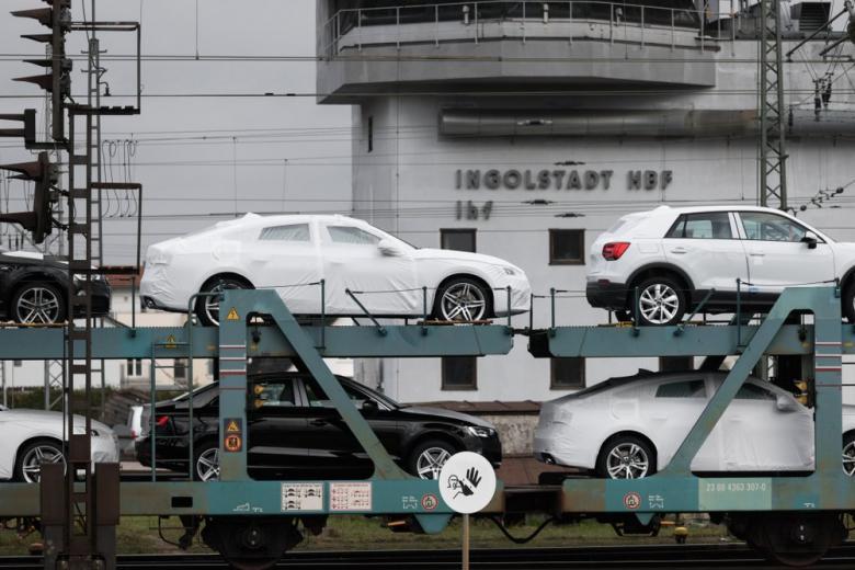 Отгрузка новых Audi на выезде из здания центрального завода в Ингольштадте фото