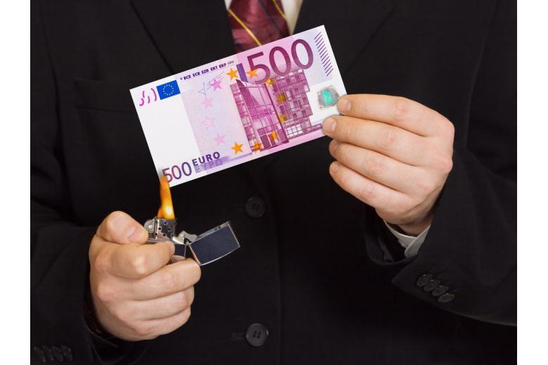 Поджигают купюру в 500 евро