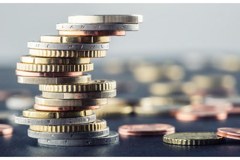 Количество вложенных денег в ликвидацию коронакризиса символизирует стопка монет картинка