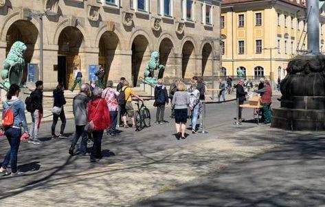 Километровая очередь за бесплатными масками собралась в Дрездене фото 2