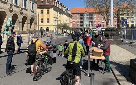Километровая очередь за бесплатными масками собралась в Дрездене фото 3