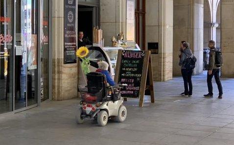 Километровая очередь за бесплатными масками собралась в Дрездене фото 5