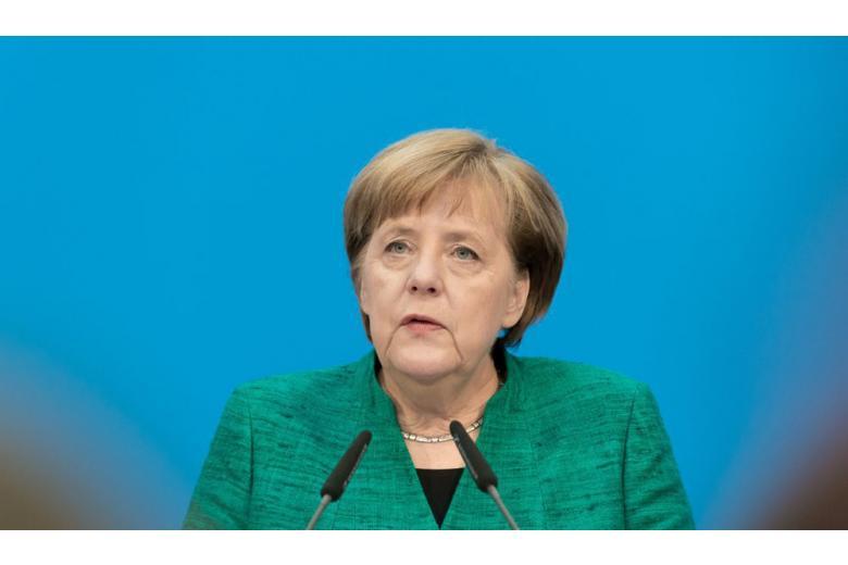 Ангела Меркель перед микрофоном фото