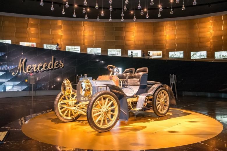 Картинка автомобиль в музее Mercedes-Benz