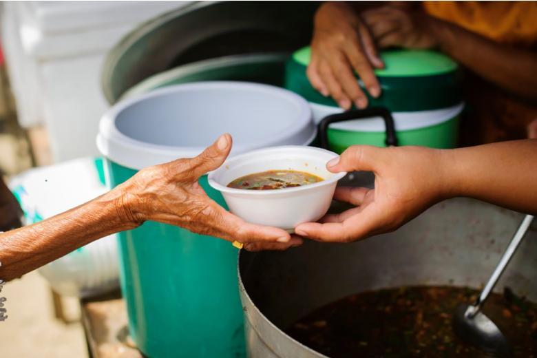 Из-за последствий пандемии, голодающие просят еду у волонтеров фото
