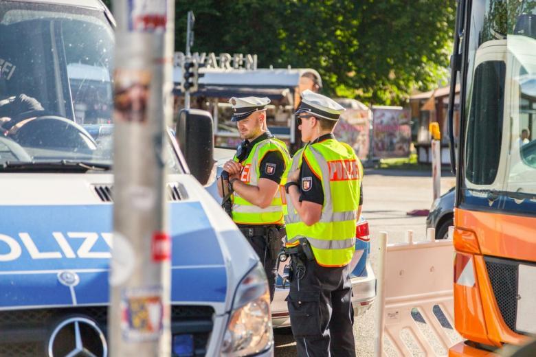 полицейские проверяют документы на въезде в Германию фото