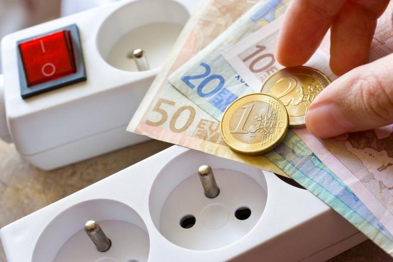 электрический удлинитель и деньги фото