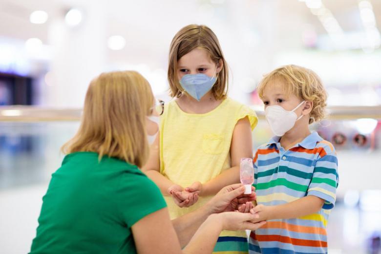 Ребенок и мама в защитных масках картинка