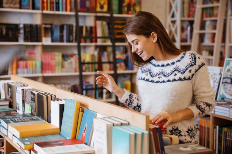 девушка в книжном магазине фото