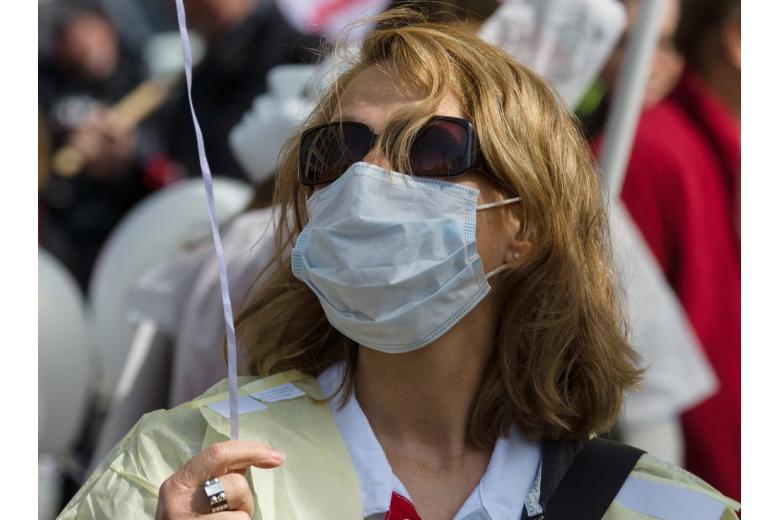женщина на демонстрации в маске фото