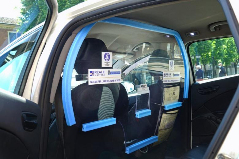 Антикоронавирусная перегородка защитит таксистов и пассажиров фото