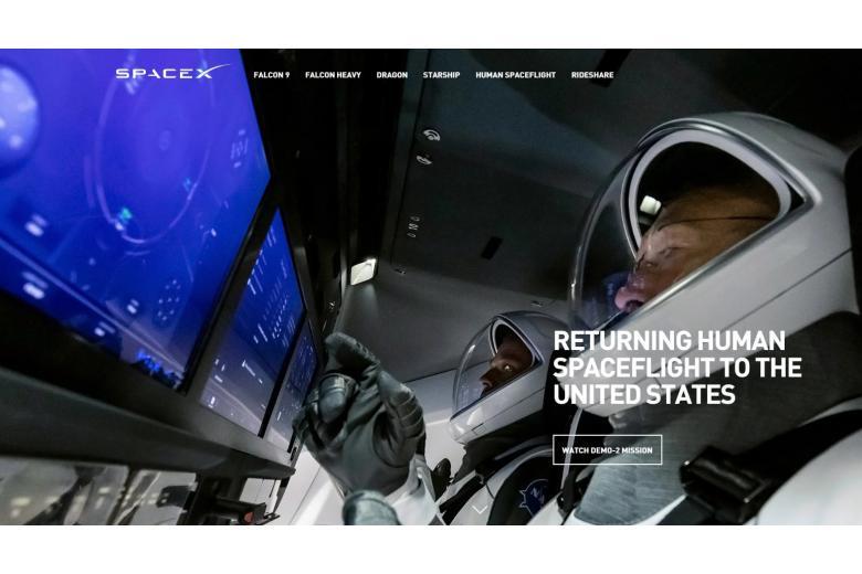 Астронавты на борту космического корабля фото