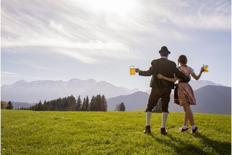 Баварцы в традиционной одежде празднуют переход к обычной жизни после карантина фото