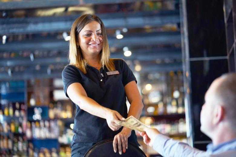 Чаевые за обслуживание девушке официанту фото